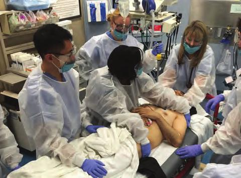 20 CHAPTER 1 n Initial Assessment and Management includes a team leader, airway manager, trauma nurse, and trauma technician, as well as various residents and medical students.
