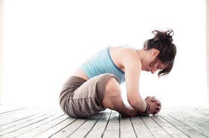 Keep your hips level, and your knee in the center of your body. Relax your buttock muscles and lower your body down.